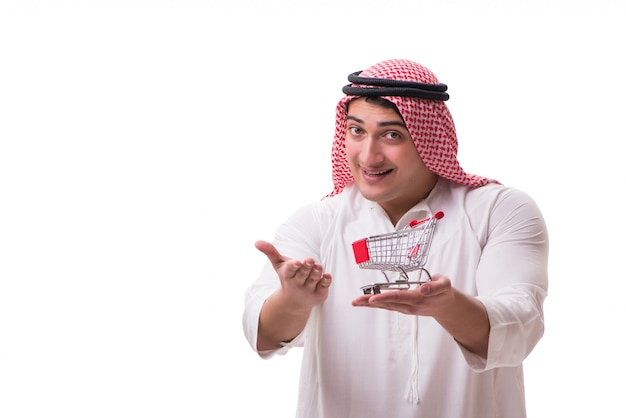 Arabski mężczyzna z wózek na zakupy odizolowywającym na bielu