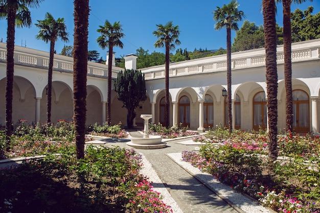 Arabski ogród na dziedzińcu, z palmami i łukami latem na krymie w pałacu