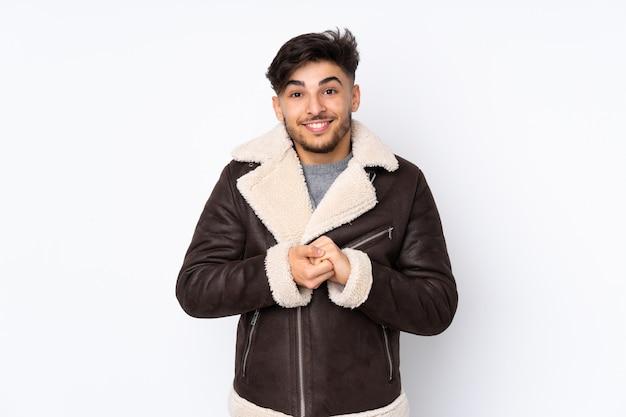 Arabski przystojny mężczyzna na odosobnionej ścianie śmiejąc się