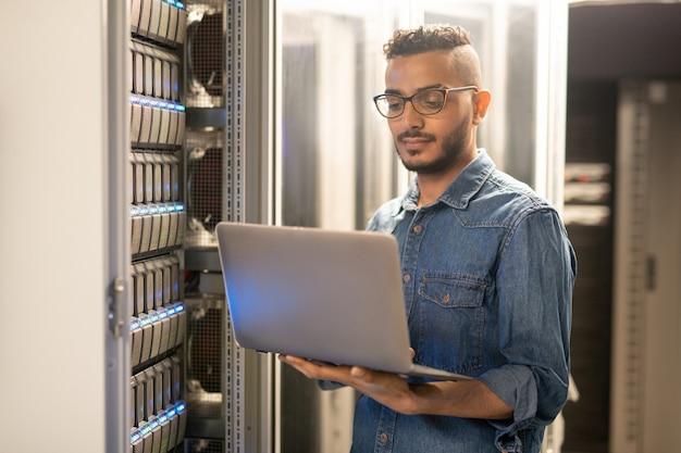 Arabski specjalista it monitorujący procesy sieciowe