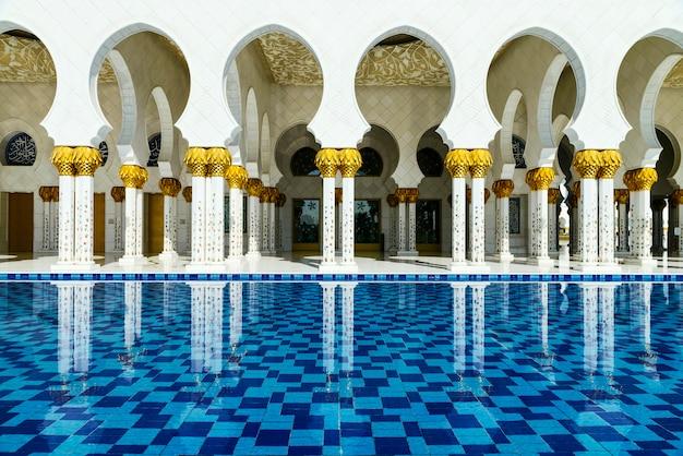 Arabski styl biały meczet