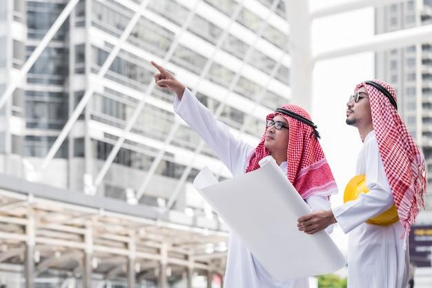 Arabski współpracownik zespołu inżynier człowiek biznesu