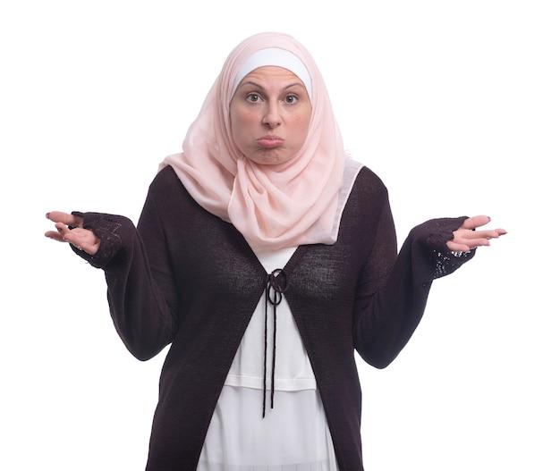 Arabski zdezorientowana muzułmańska kobieta nad białą ścianą