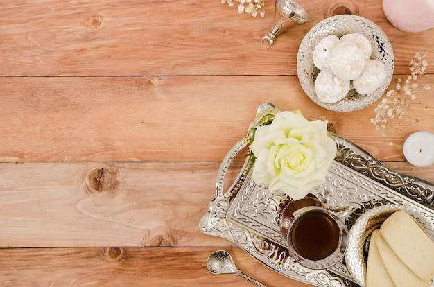 Arabskie ciasta na drewnianym tle