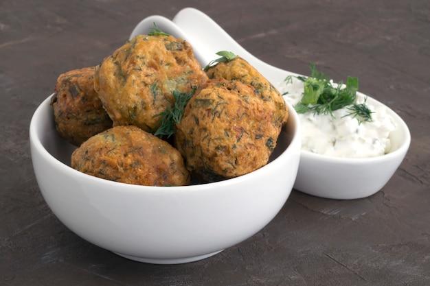 Arabskie jedzenie, falafel. kulki ciecierzycy smażone w głębokim tłuszczu.
