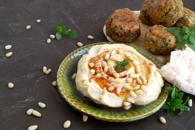 Arabskie jedzenie. hummus i falafel na szarym tle.