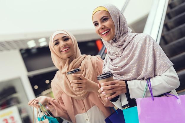 Arabskie kobiety w centrum handlowym z bliskim przyjacielem.