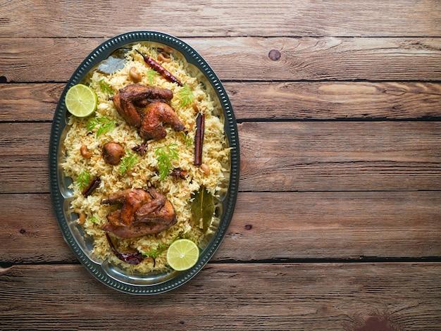 Arabskie tradycyjne miski na żywność kabsa z mięsem