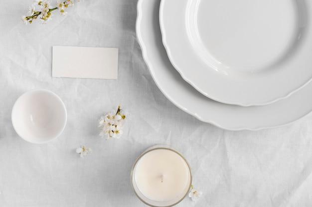 Aranżacja białego stołu na pyszny posiłek