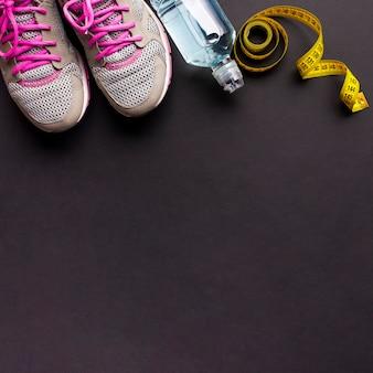 Aranżacja butów do biegania i butelki z wodą