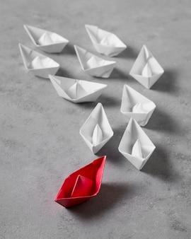 Aranżacja dnia szefa wysokiego kąta z papierowymi łodziami