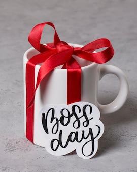 Aranżacja dnia szefa wysokiego kąta z prezentem na kubek