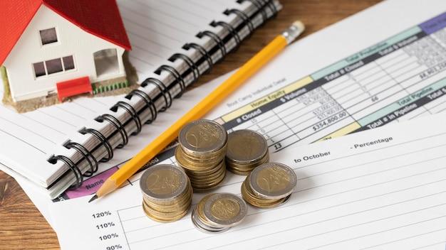 Aranżacja elementów ekonomicznych z monetami