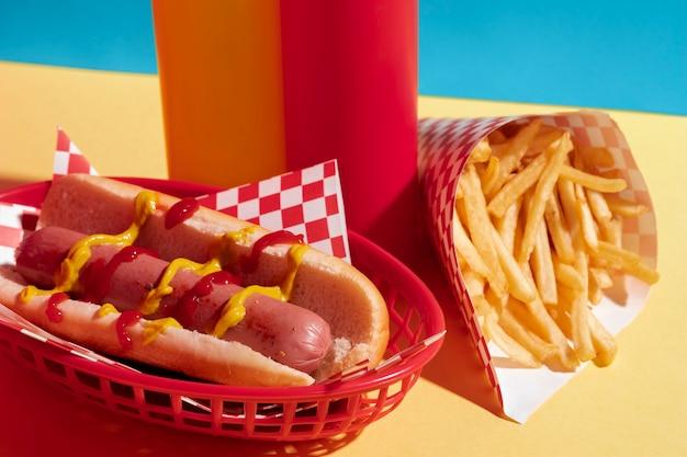 Aranżacja jedzenia z hot dogami i frytkami