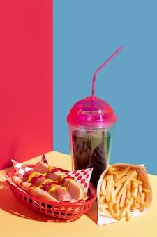 Aranżacja jedzenia z hot dogiem i filiżanką soku