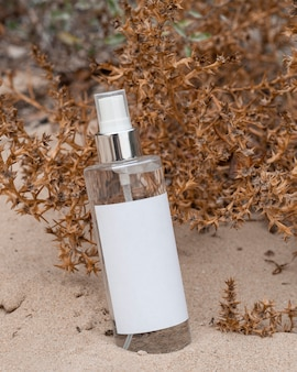 Aranżacja kosmetyków w piasku