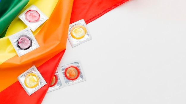 Aranżacja metody antykoncepcji z flagą lgbt i miejscem na kopię