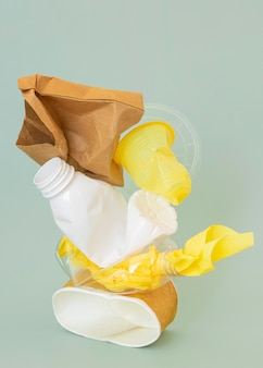 Aranżacja nie ekologicznych przedmiotów z tworzyw sztucznych