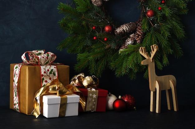 Aranżacja prezentów i dekoracji świątecznych