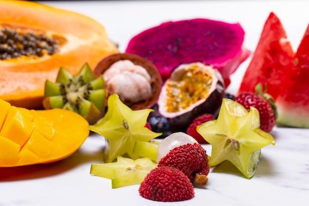 Aranżacja pysznych egzotycznych owoców