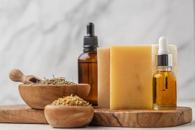 Aranżacja różnych specjalnych roślin z kroplami oleju i mydłami