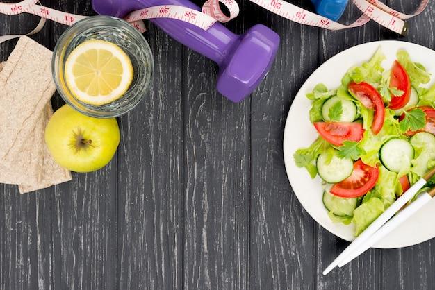 Aranżacja sałatki i jabłka