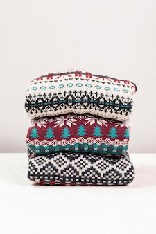 Aranżacja swetrów z kolorowymi nadrukami