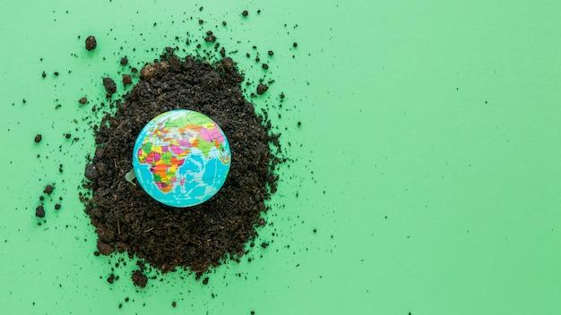 Aranżacja światowego dnia środowiska z kulą ziemską i glebą
