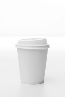 Aranżacja z białą filiżanką kawy
