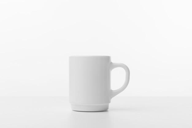 Aranżacja z białym kubkiem do kawy