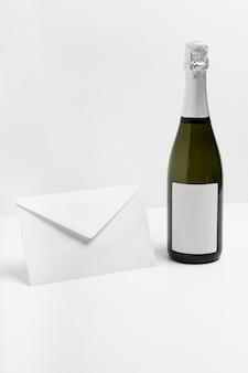 Aranżacja z butelką i kopertą