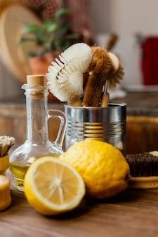 Aranżacja z cytrynami i pędzlami