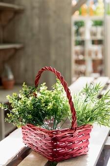 Aranżacja z czerwonym koszem z roślinami