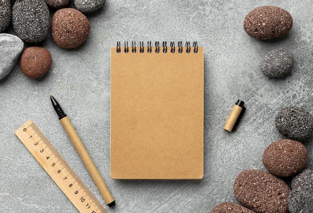 Aranżacja z elementami papeterii i notatnikiem
