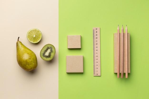 Aranżacja z elementami papeterii i owocami