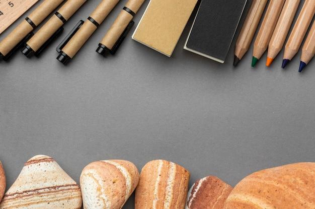 Aranżacja z elementami papeterii w kolorze szarym