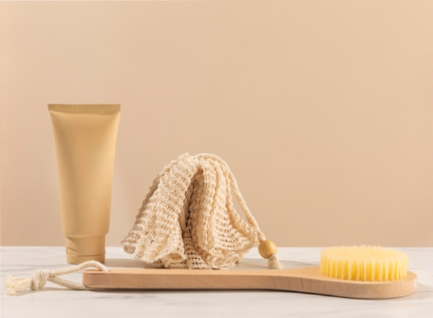 Aranżacja z gąbką do kąpieli i szczotką
