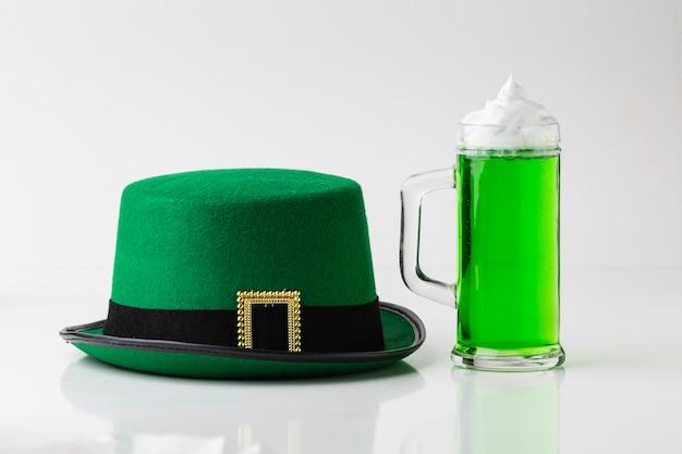 Aranżacja z kapeluszem i napojem