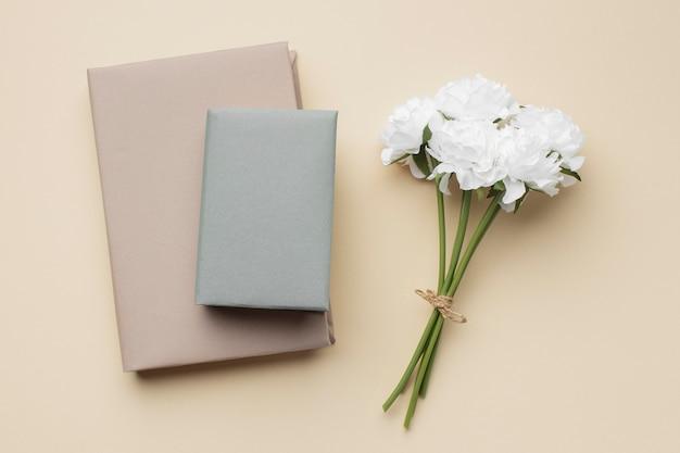 Aranżacja z książkami i białymi kwiatami