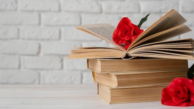 Aranżacja z książkami i kwiatami