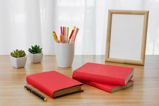 Aranżacja z książkami na biurku