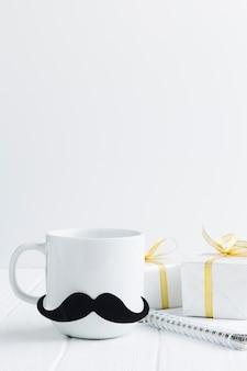 Aranżacja z kubkiem i prezentami