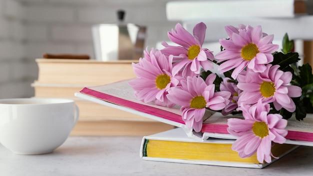 Aranżacja z kwiatami i książkami