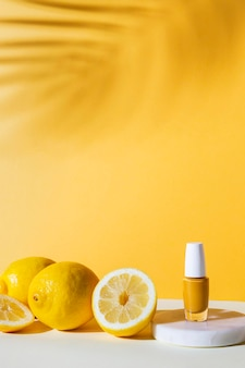 Aranżacja z lakierem do paznokci i cytrynami