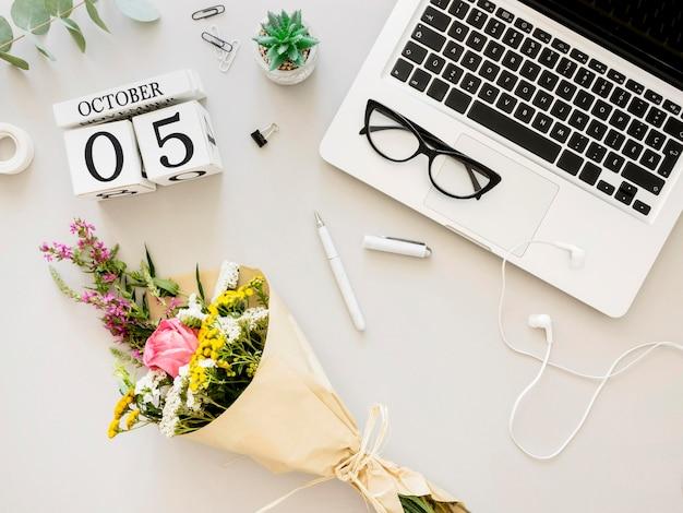 Aranżacja z laptopem i kwiatami