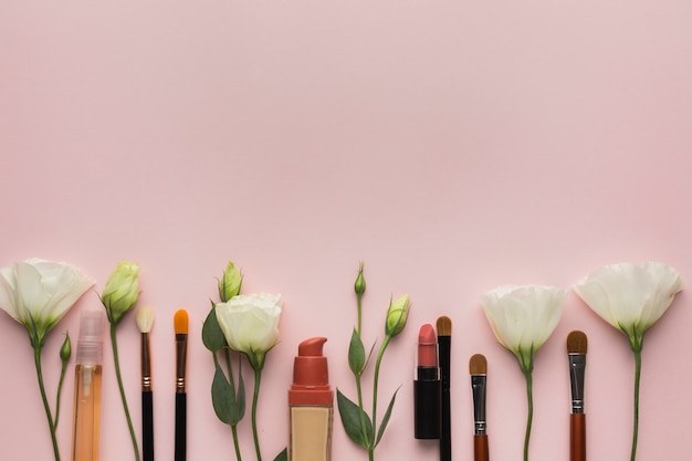 Aranżacja z makijażem i kwiatami