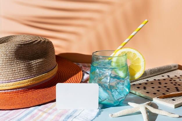 Aranżacja z napojem i kapeluszem