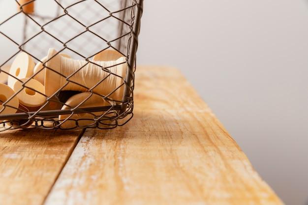 Aranżacja z nitką i drewnianym stołem