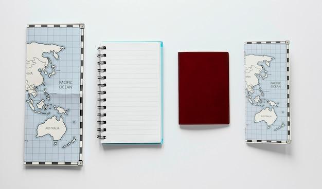 Aranżacja z notatnikiem i mapami