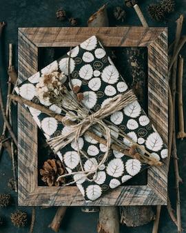Aranżacja z obecną i drewnianą ramą